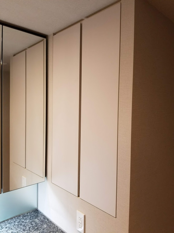 三面鏡横の収納スペース