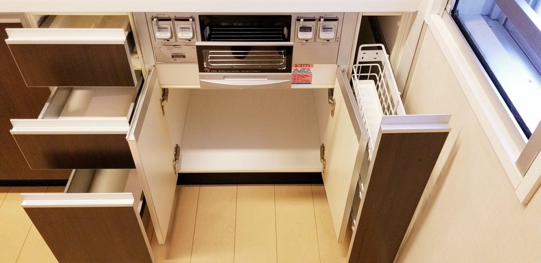 クレストフォルム日本橋水天宮のキッチンの3口ガスコンロ下の収納