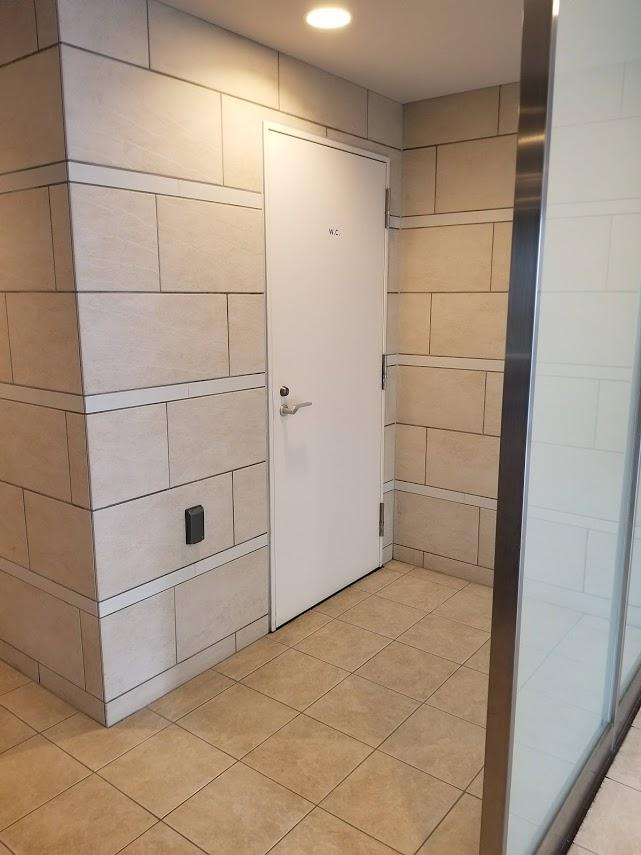 プレミスト東陽町のエントランスホールにあるトイレ